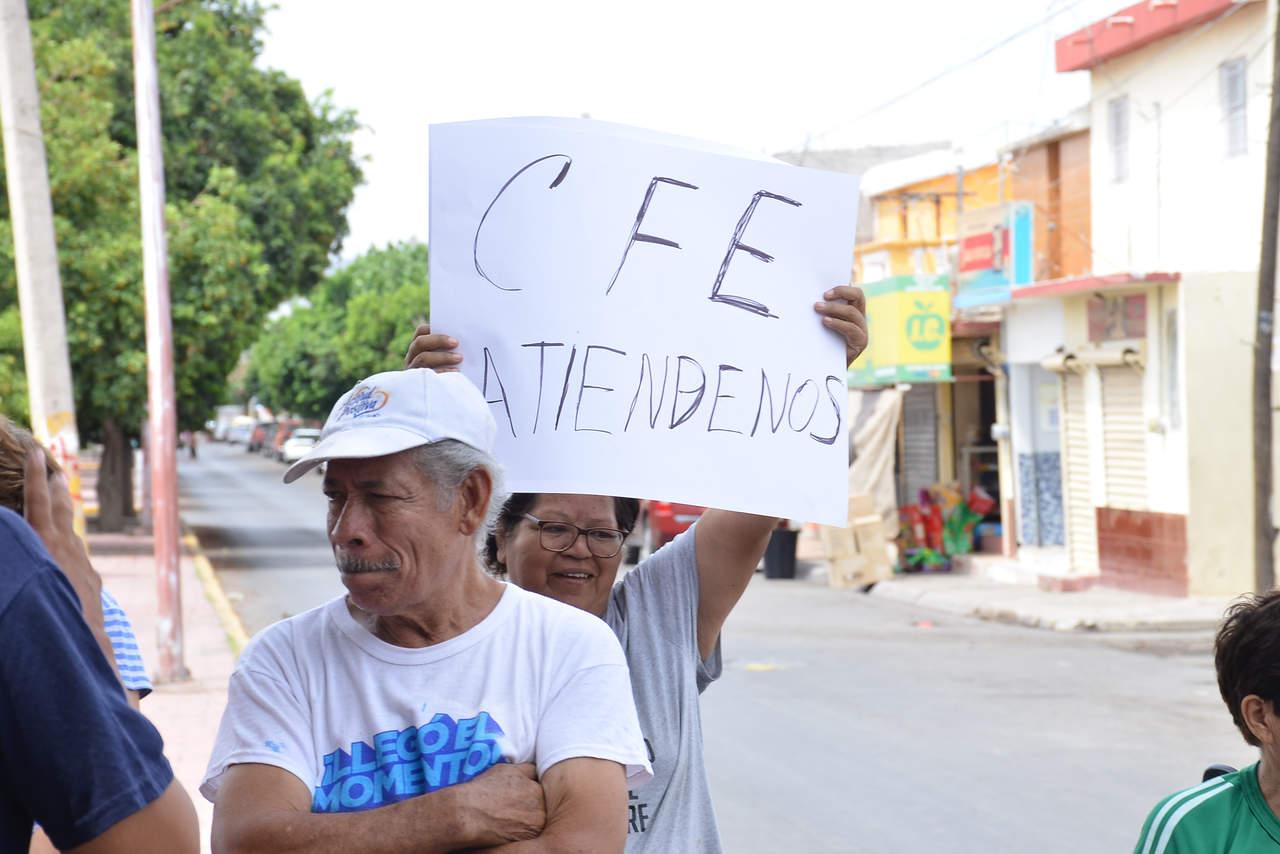 Bloquean vialidad en Jacarandas; llevan horas sin electricidad por
