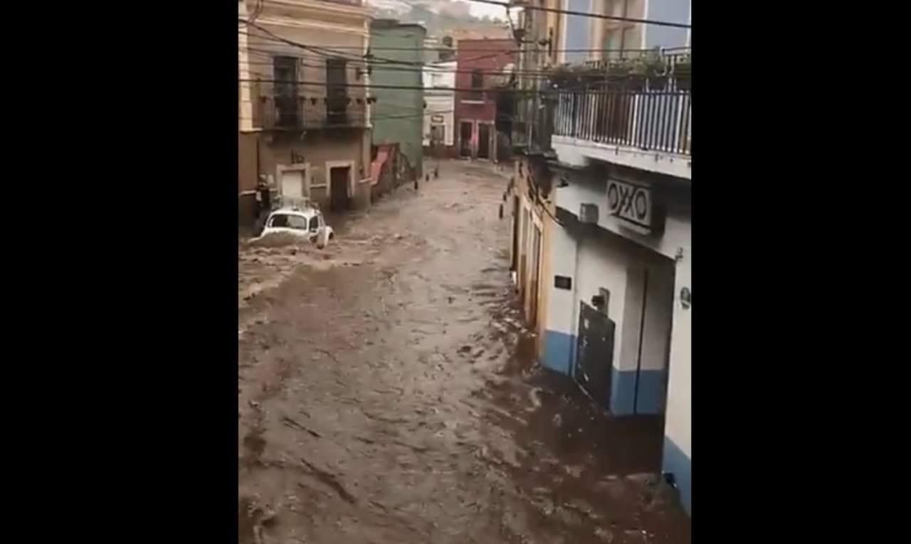 Se desborda presa e inunda calles de Guanajuato