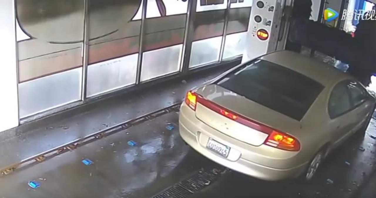 Destruye su carro en autolavado al no seguir las indicaciones