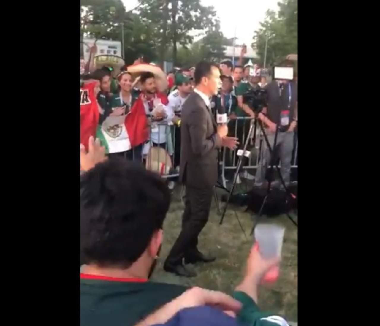 Aficionados entonan himno de Santos en Rusia