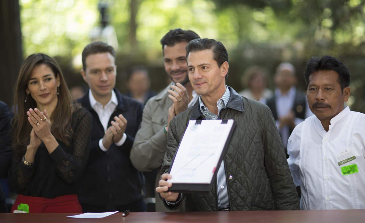 EPN firma decretos que abrirían concesión de agua a particulares