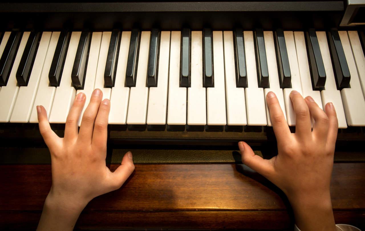 Estudio revela que lecciones de piano mejoran habilidades lingüísticas