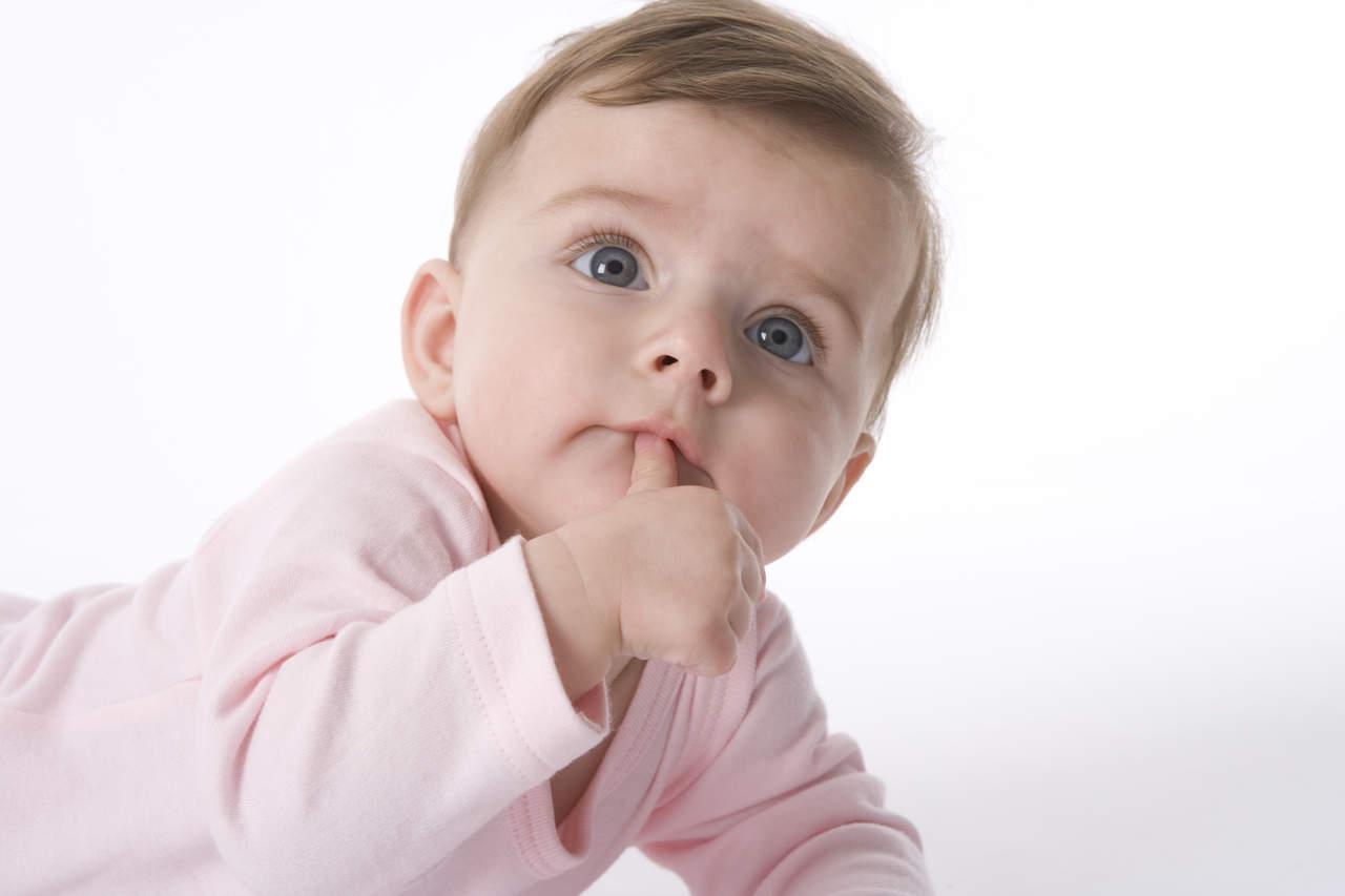 Bebés que comen sólidos antes tienen menos problemas para dormir
