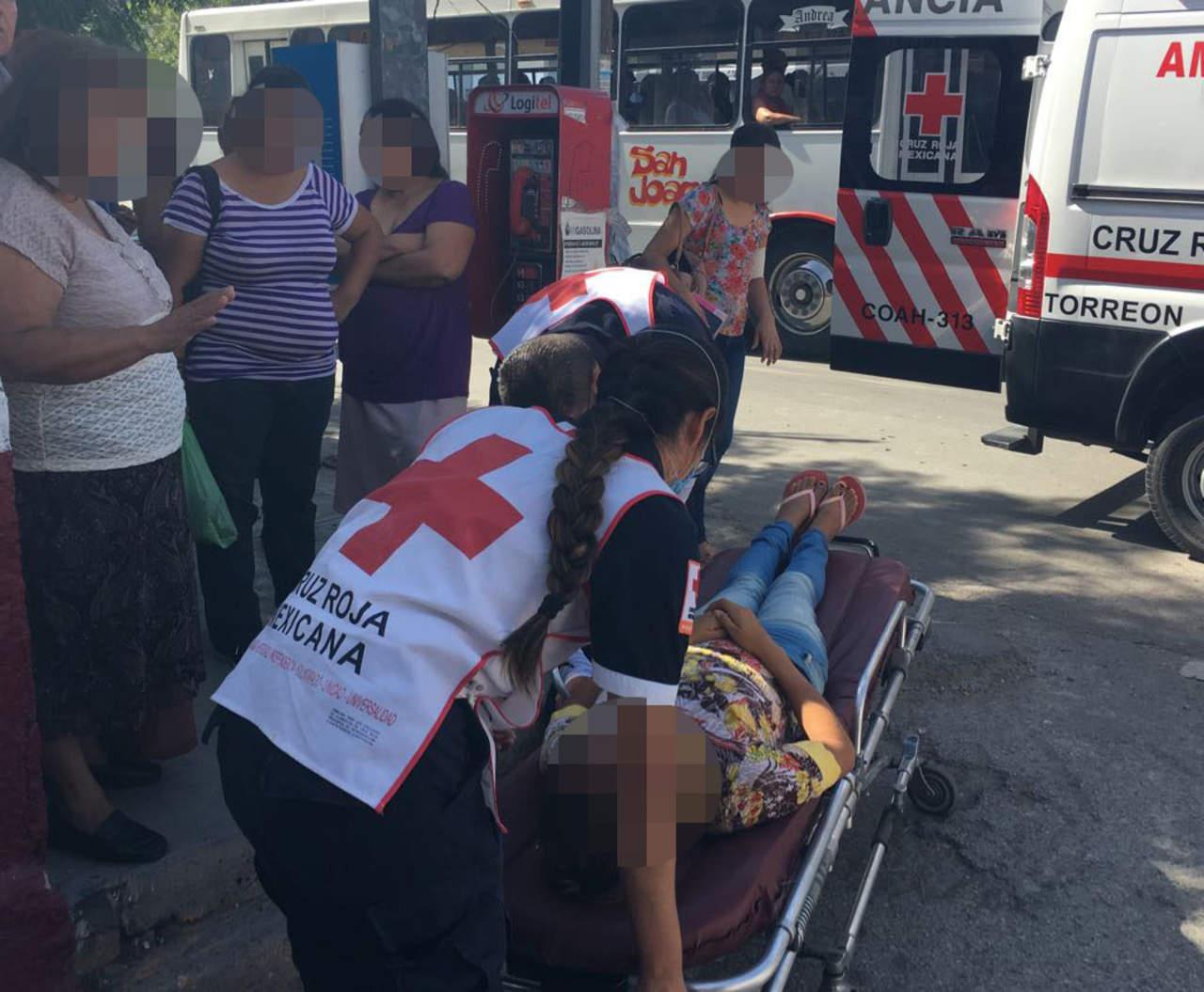 Joven embarazada cae de autobús en Torreón