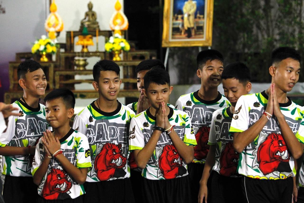Niños rescatados de cueva en Tailandia se recluirán en templo