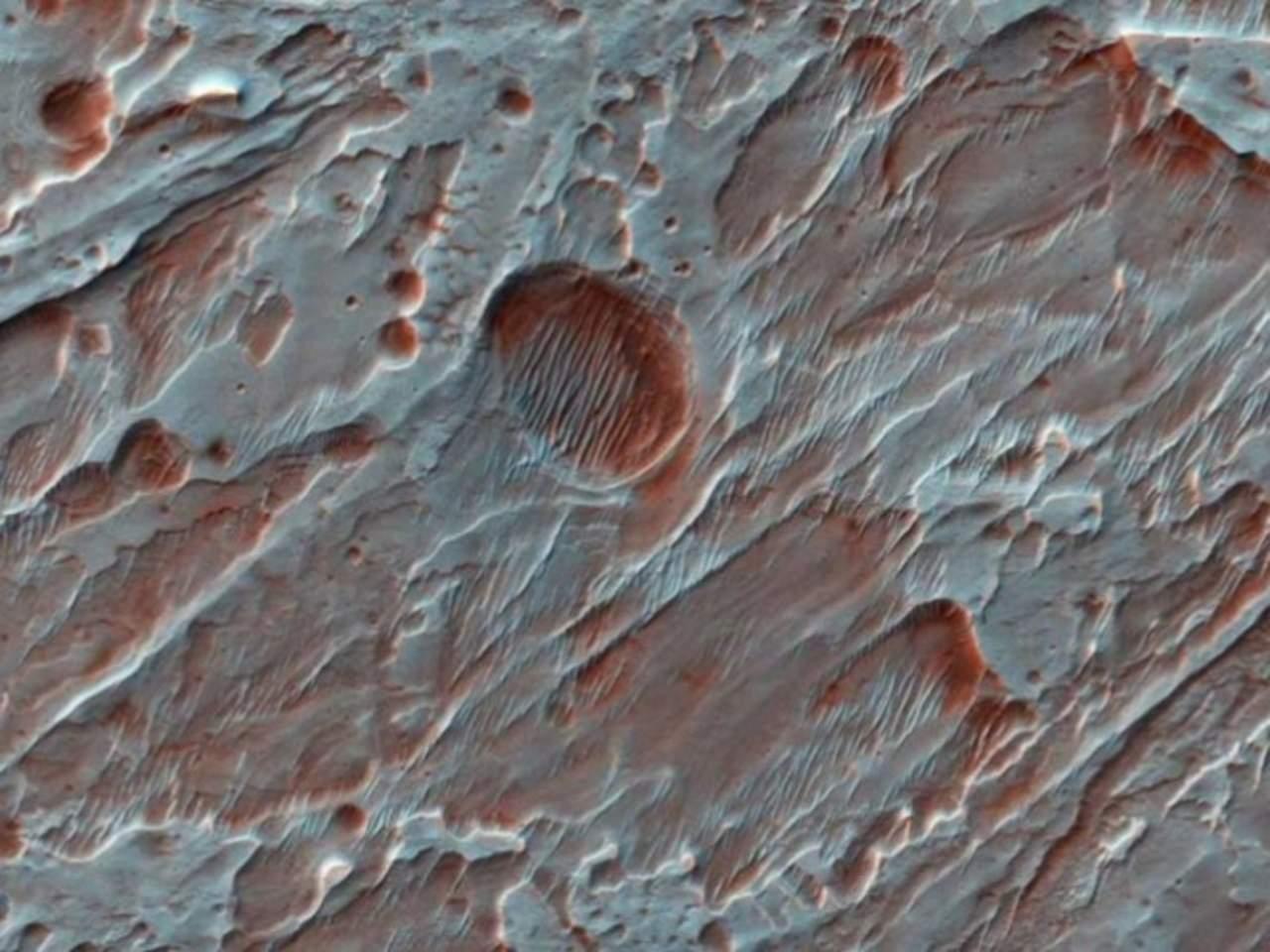 Muestra NASA imágenes de cráter en Marte