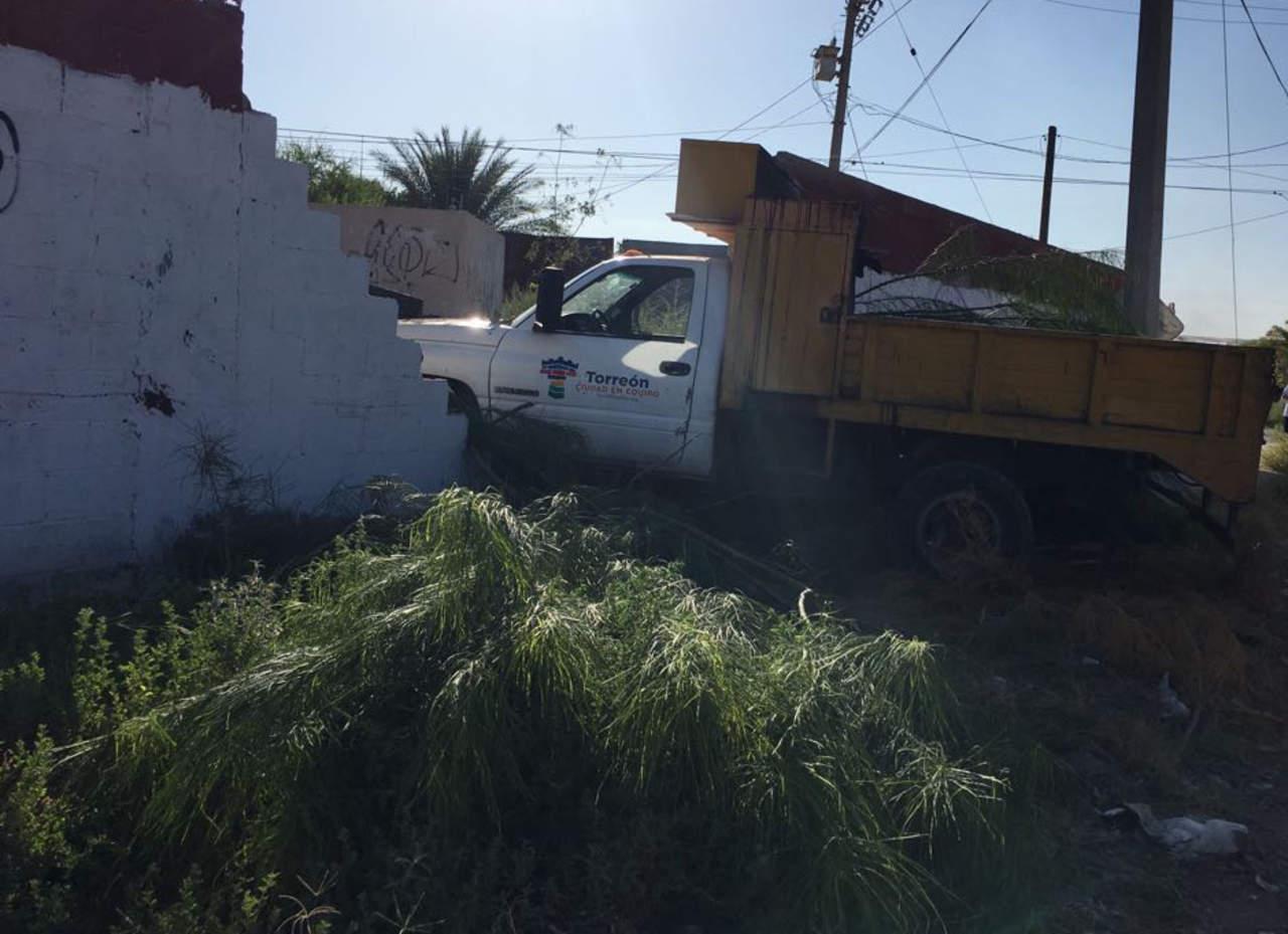 Camión del municipio de Torreón se impacta contra barda