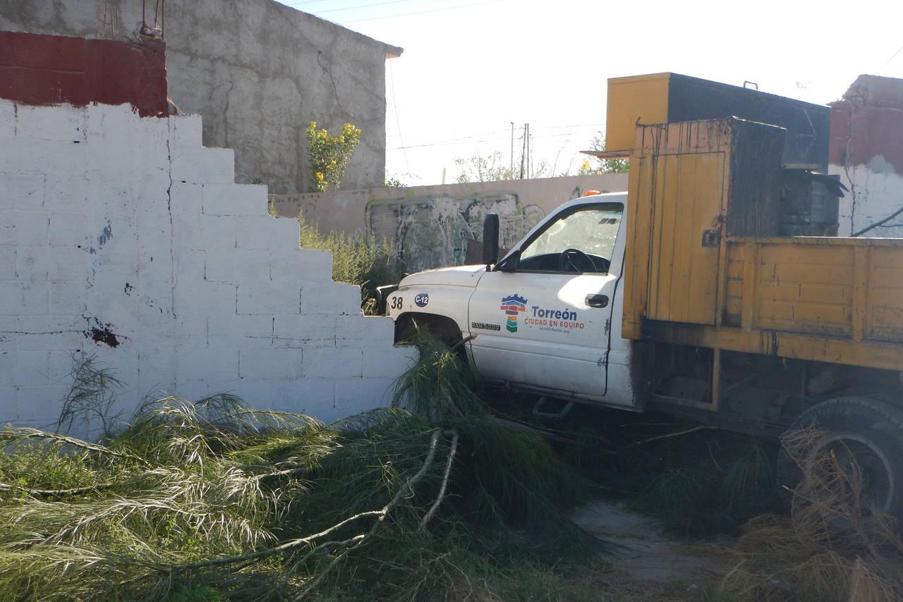 Camión se impacta contra una barda