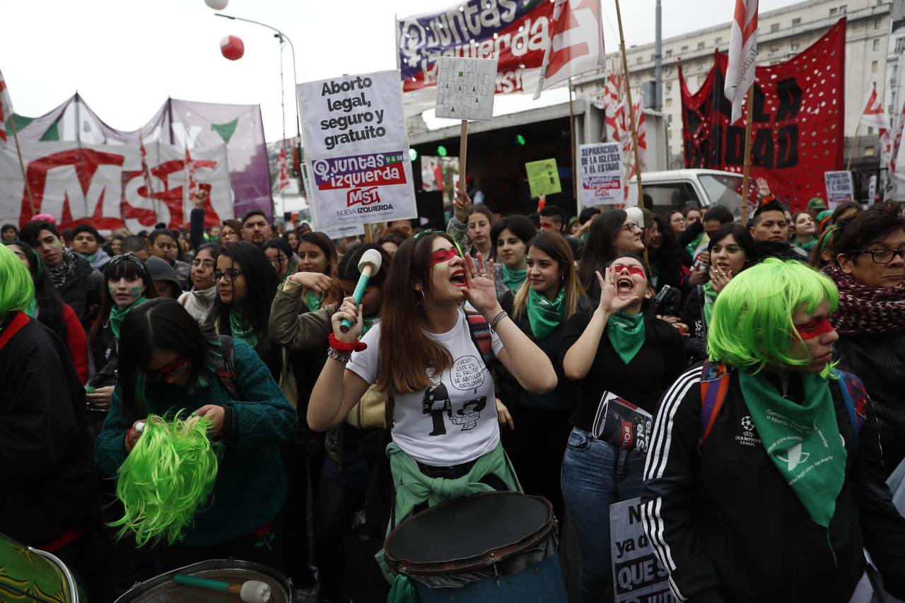 Rechazan aborto en Argentina; sigue debate