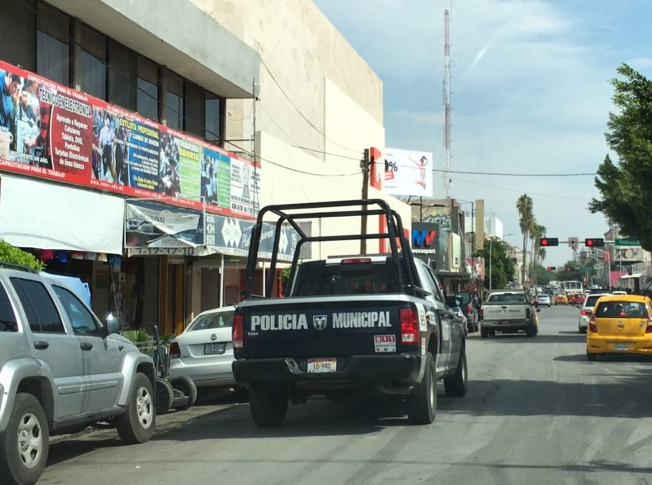 Roban vehículo estacionado en el centro de Torreón