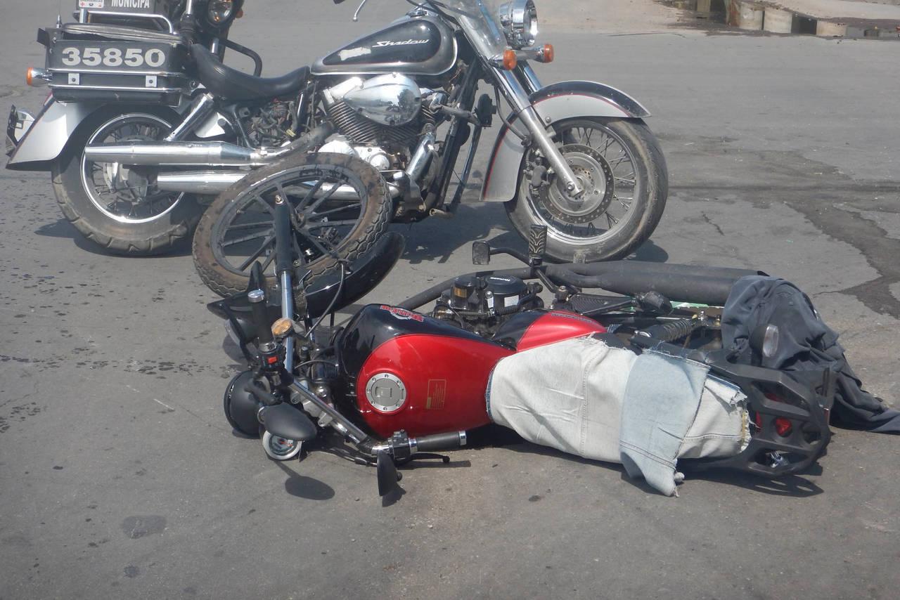 'Embisten' a motociclista; se lo llevan a un hospital