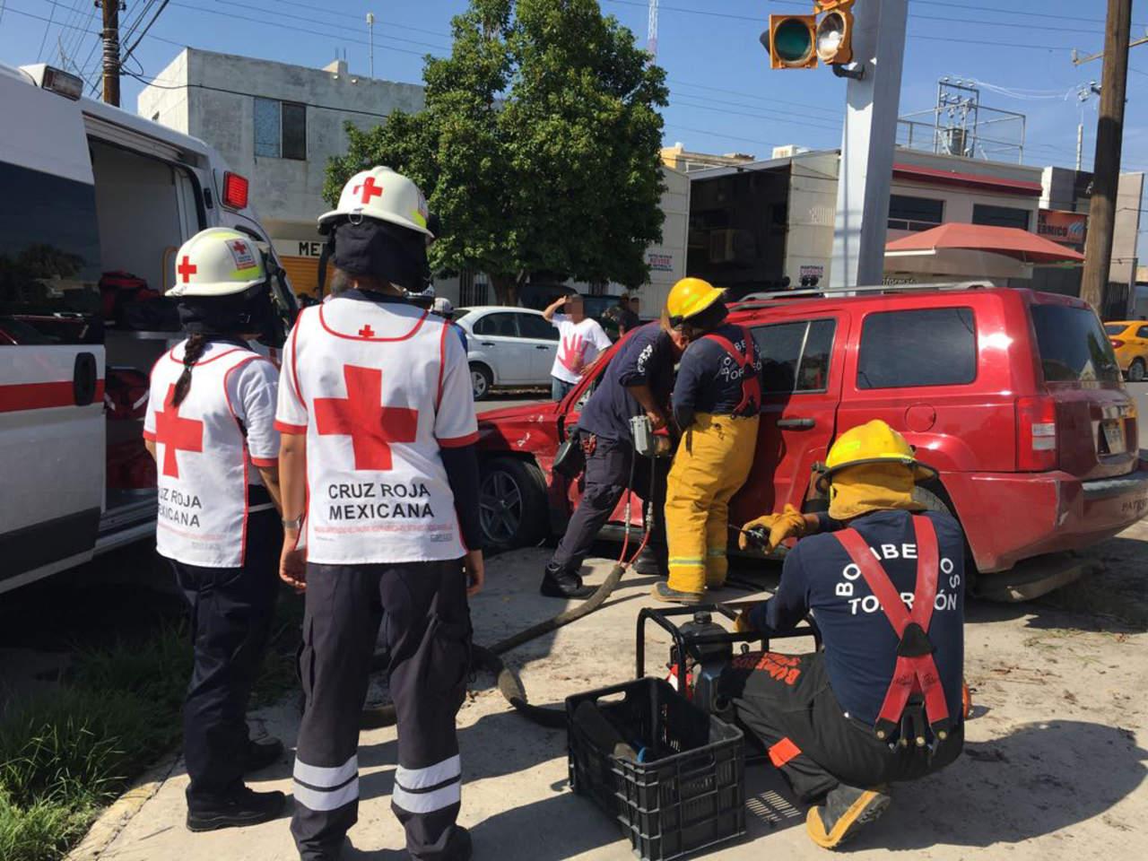 Mujeres quedan prensadas tras accidente vial en Torreón