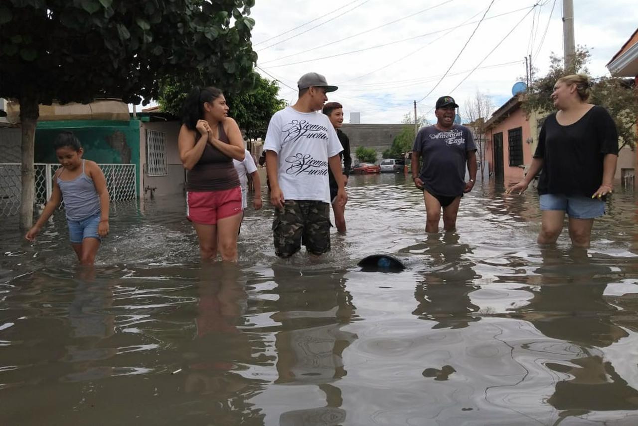 Inundaciones desatan bloqueo de vialidades