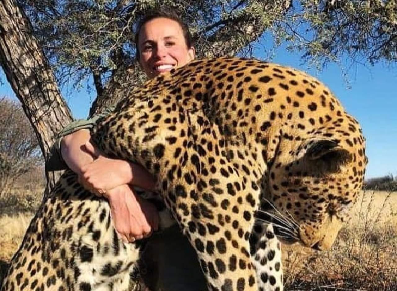 Fotografía polémica con un leopardo muerto desata furia
