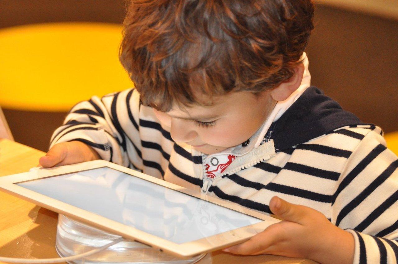 Abuso de pantallas daña capacidades en menores