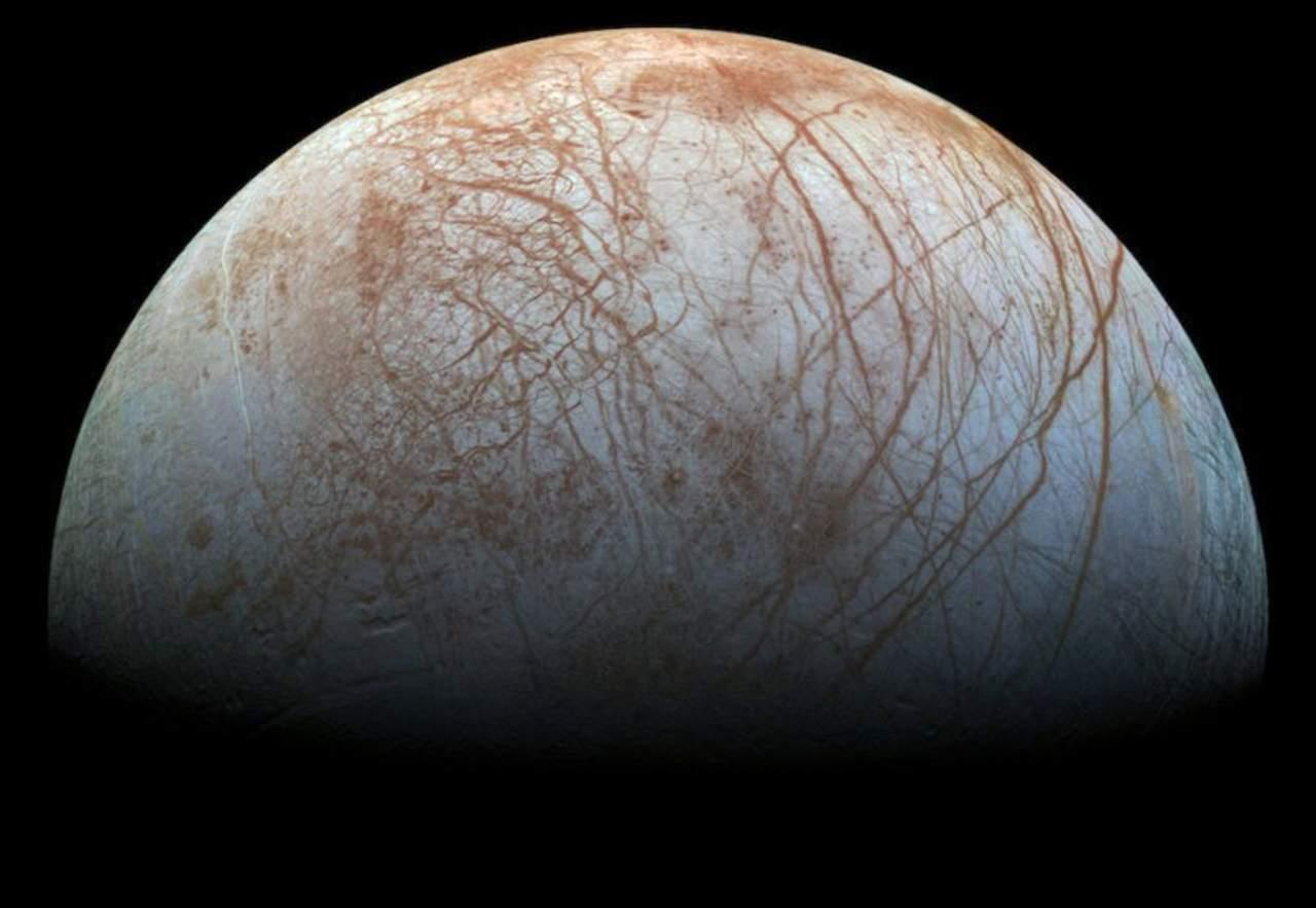Encuentran grandes formaciones de hielo en Europa, la luna de Júpiter