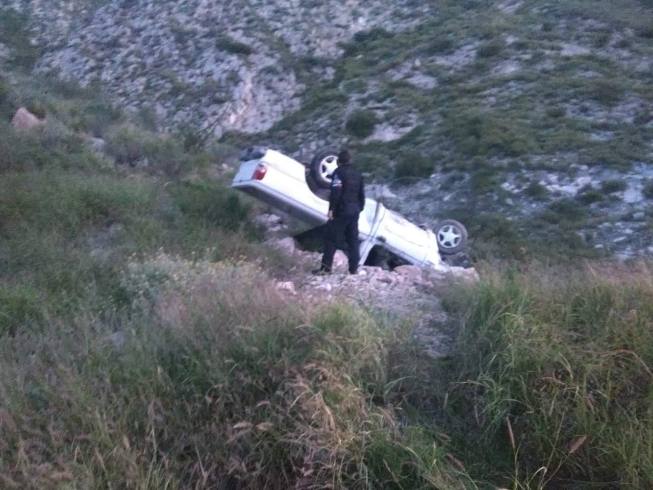 Camioneta termina volcada tras choque en carretera de Lerdo