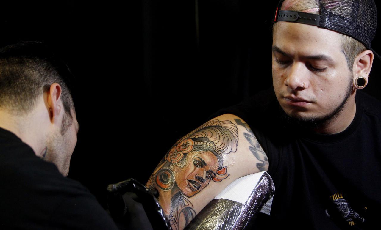 Alertan sobre los riesgos por tatuajes