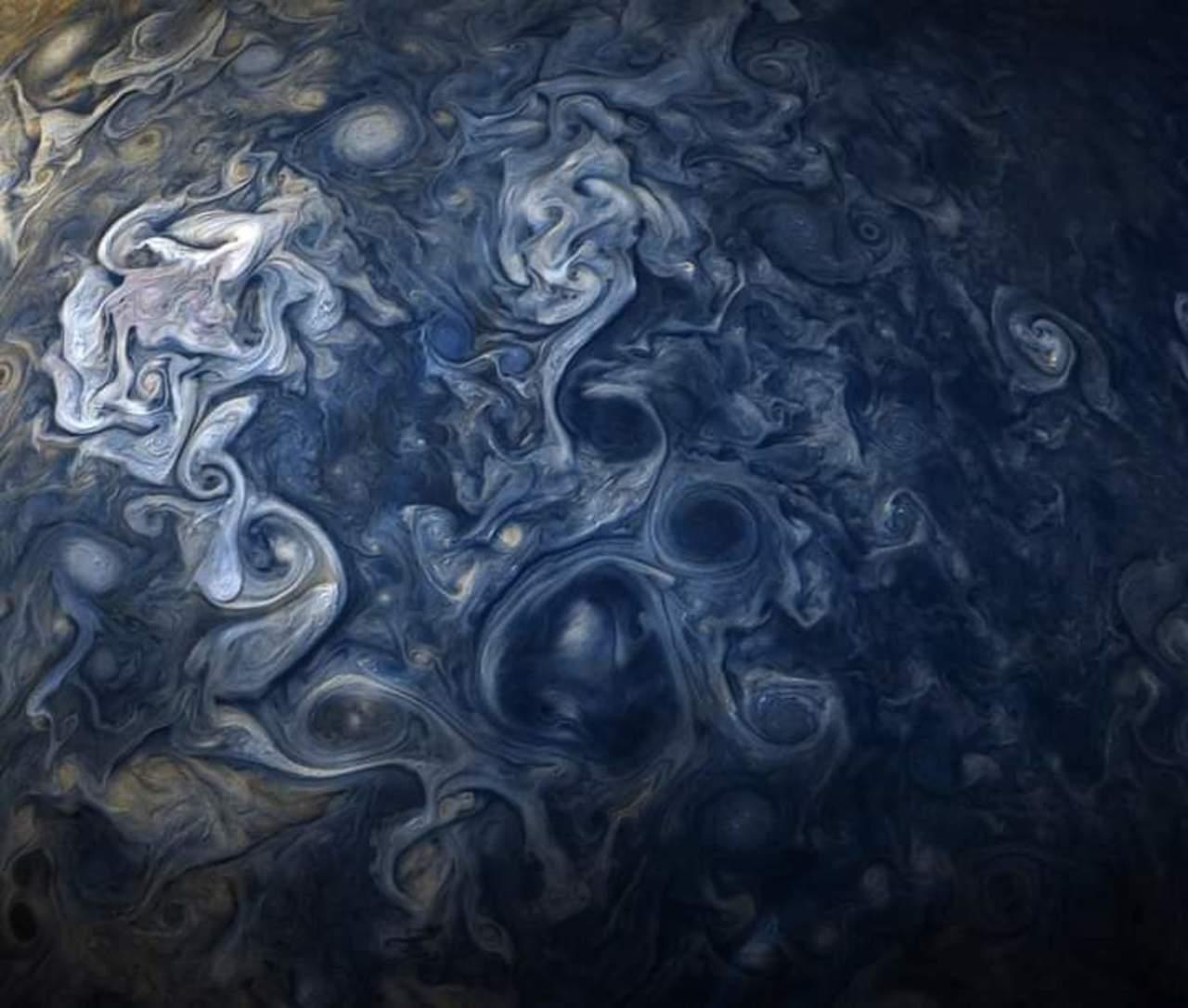 Nave Juno capta imagen de un remolino en Júpiter