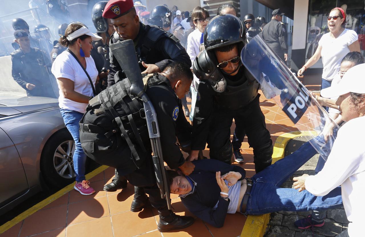 Detienen a opositores y policía reprime protestas
