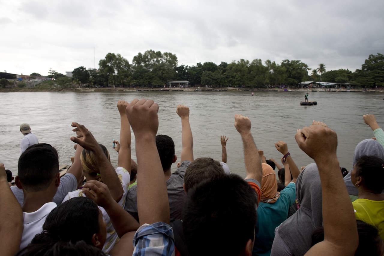 Frente a frente, caravana y policía en la frontera con México