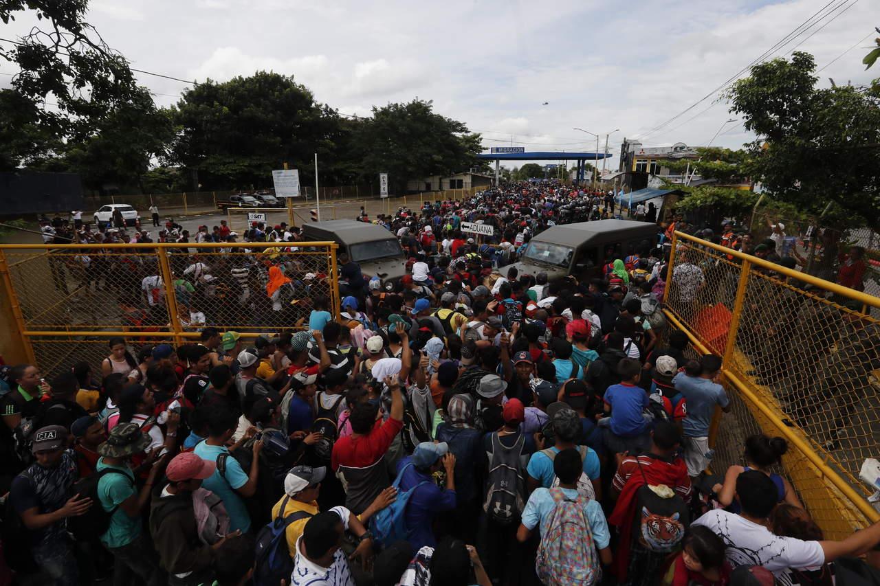 Caravana migrante salta cordón fronterizo a México