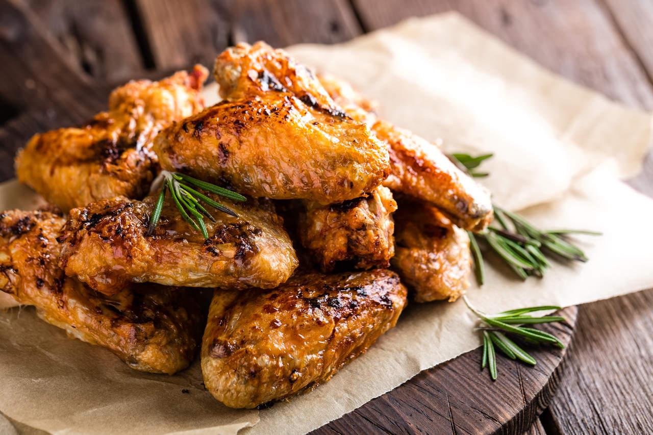 Crean carne de una pluma de pollo sin necesidad de matarlo