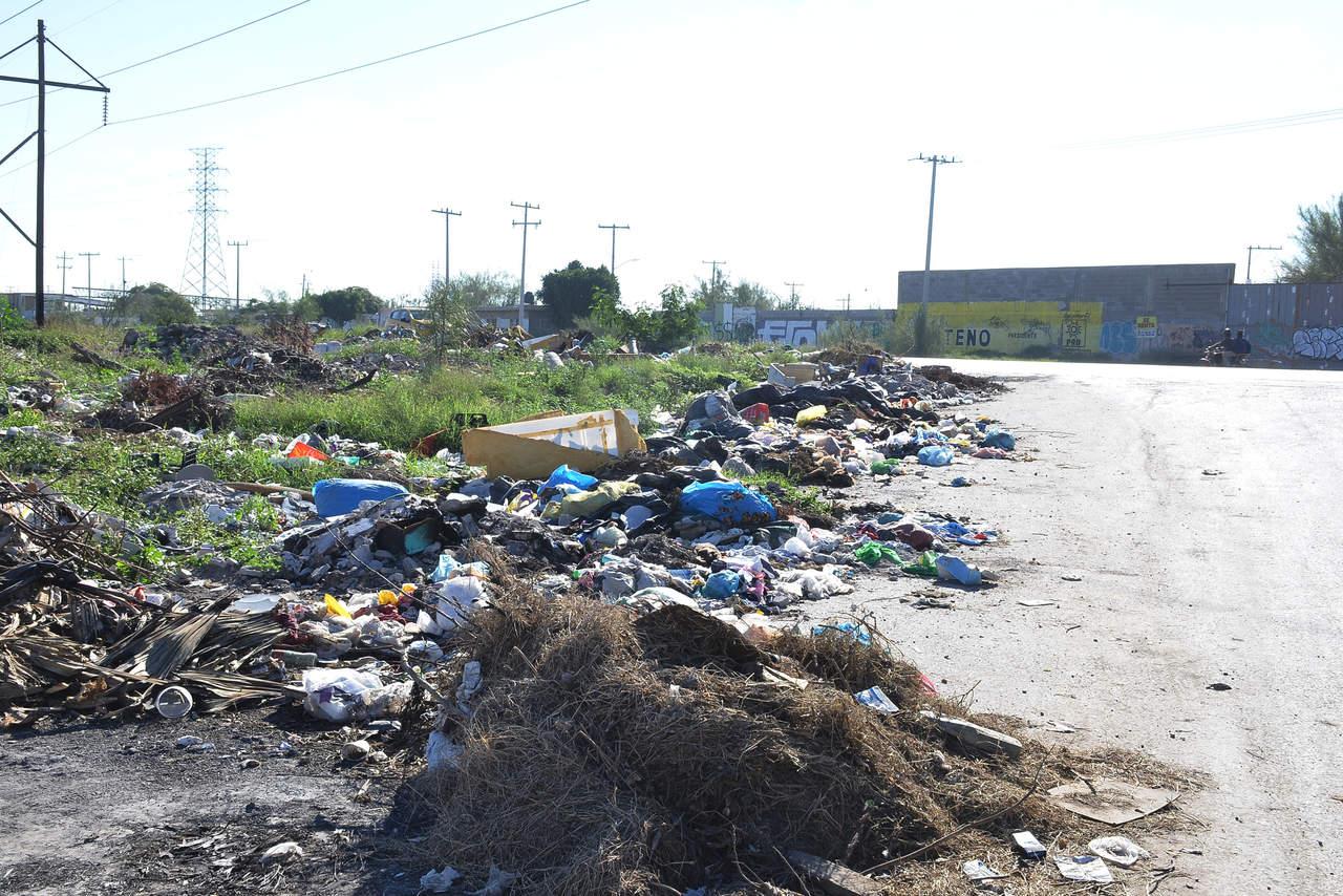 Tiran basura en vía pública
