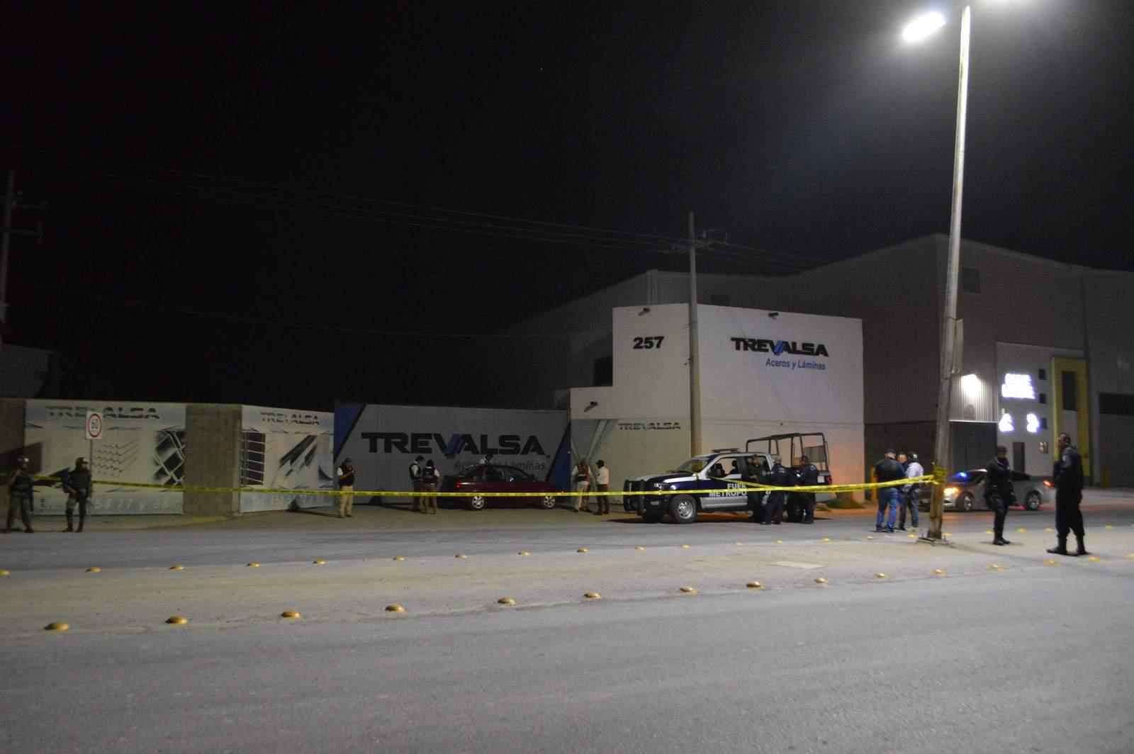 Balean y lanzan explosivo contra negocio en Torreón