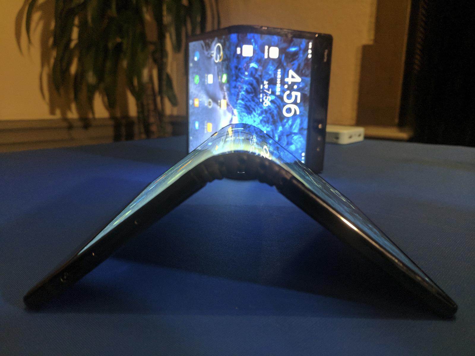 Presenta Samsung teléfono flexible