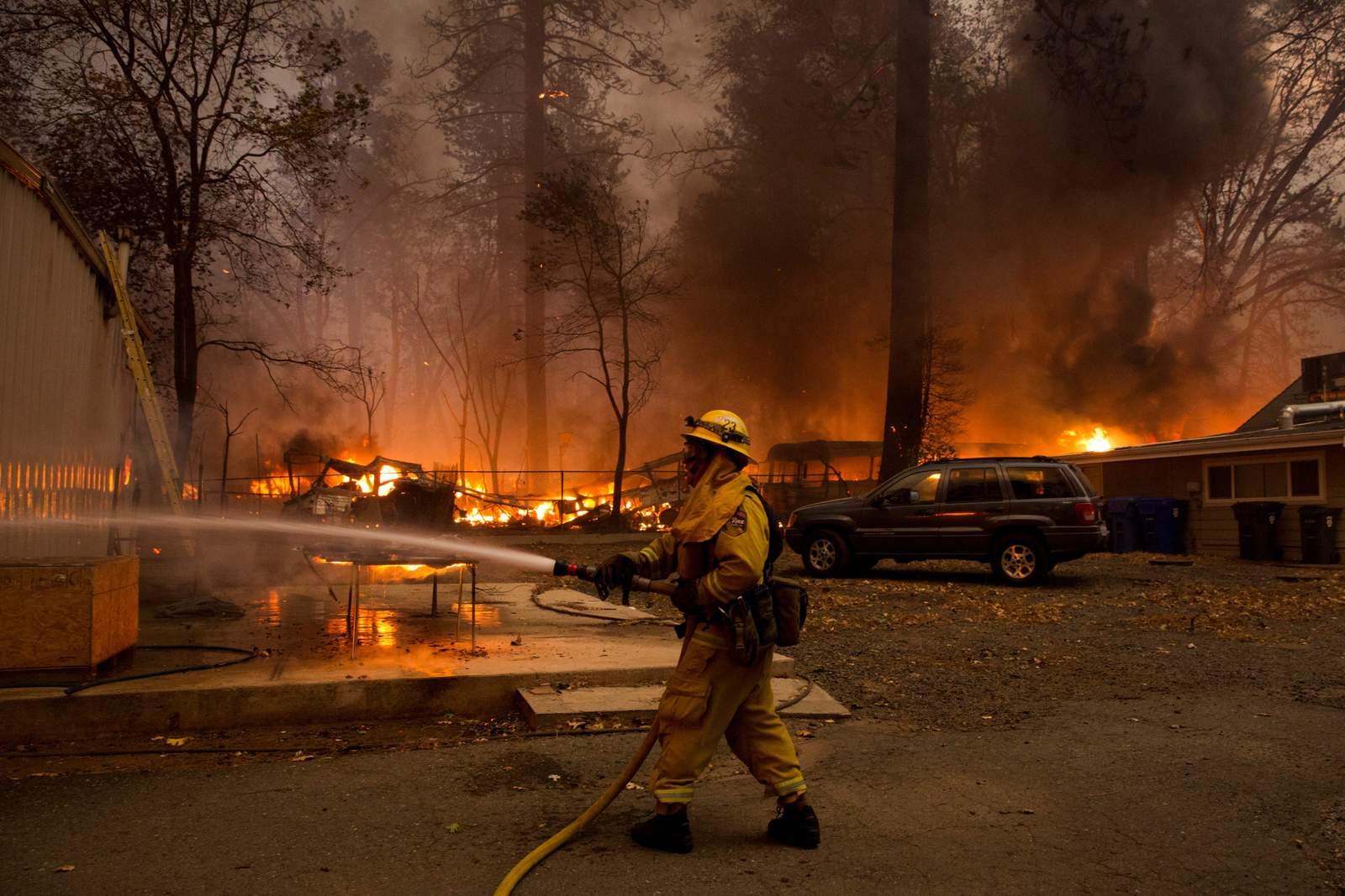 Huyen miles de personas de incendio forestal en California
