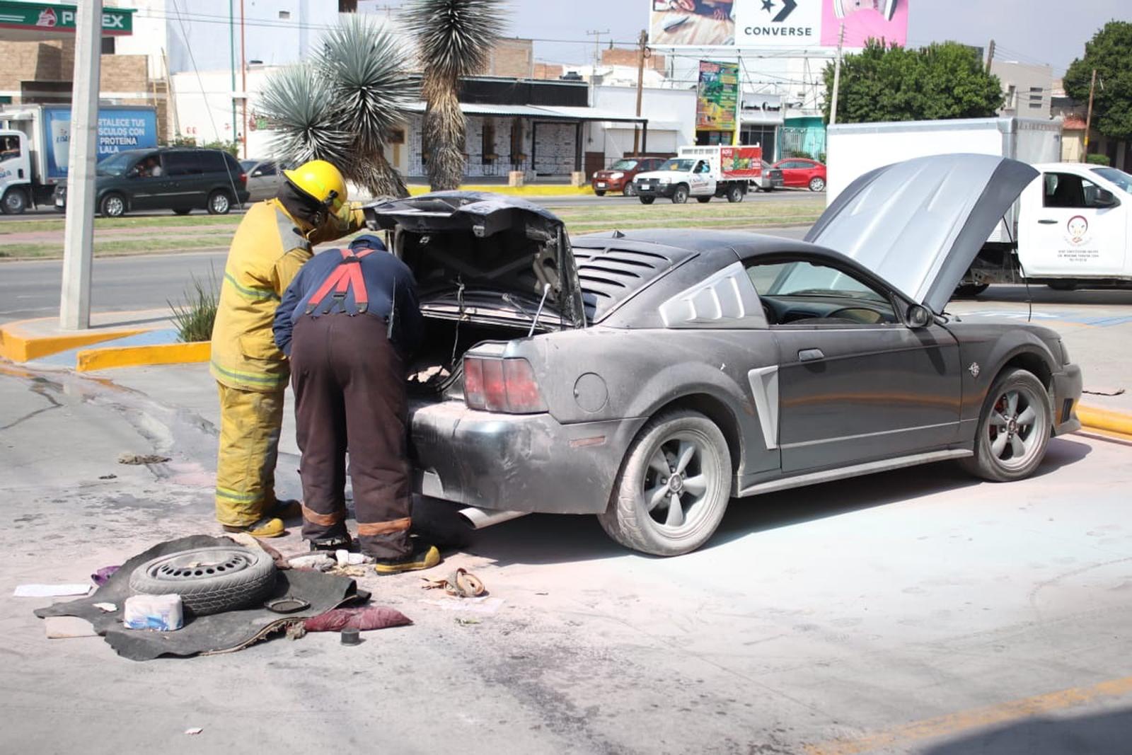 Se incendia auto; familia se salva