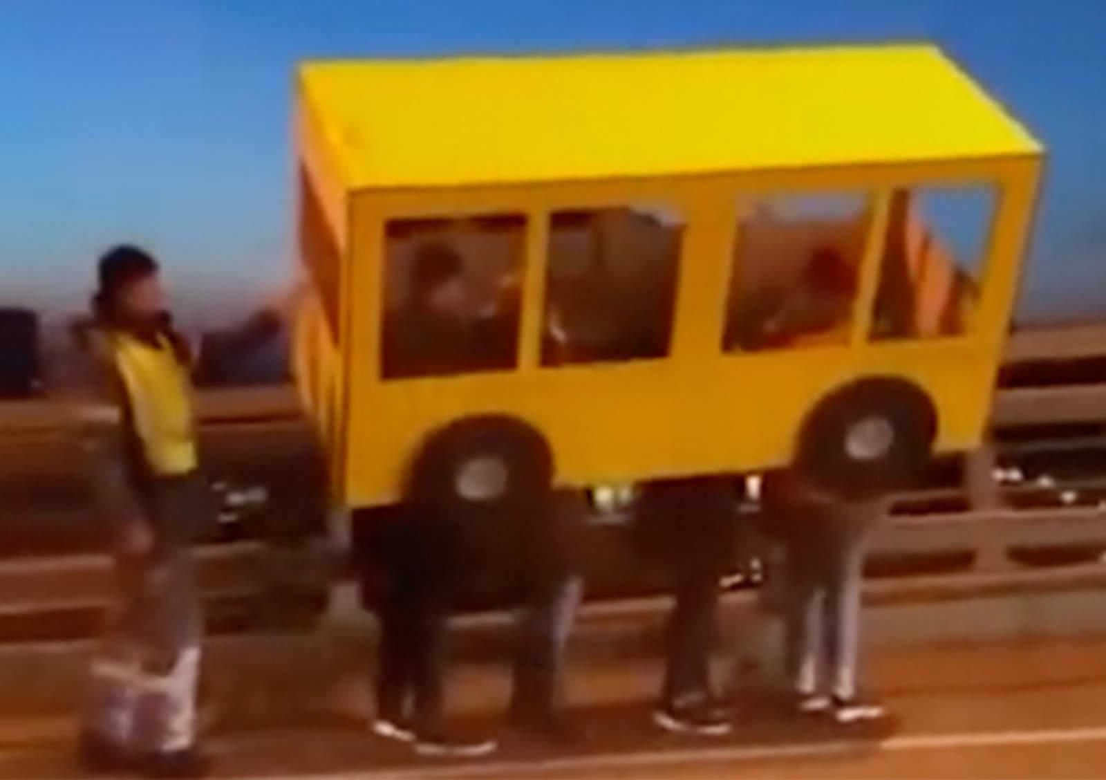 Se disfraza de autobús para cruzar puente prohibido para peatones