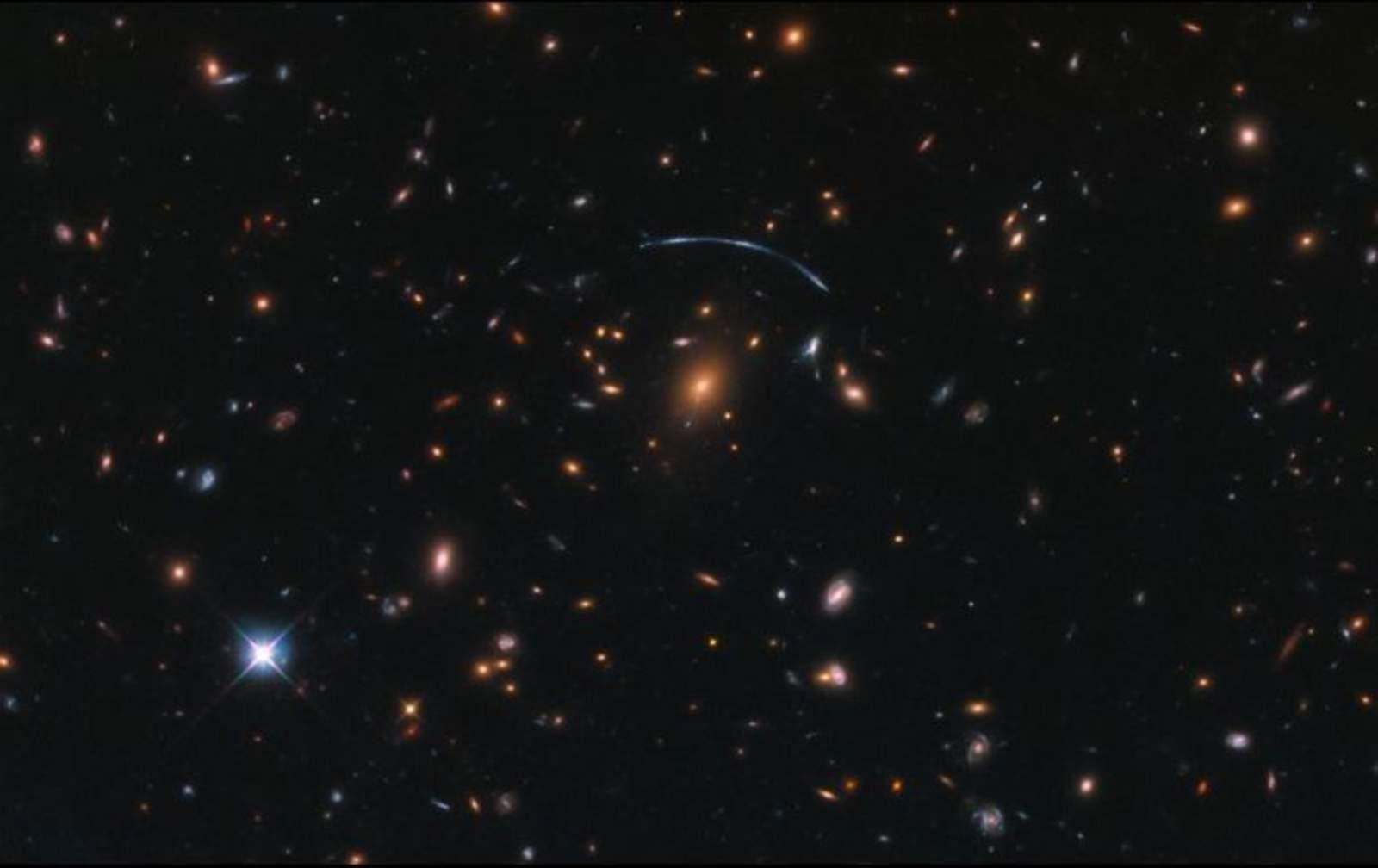 Muestran galaxia con figura de media luna