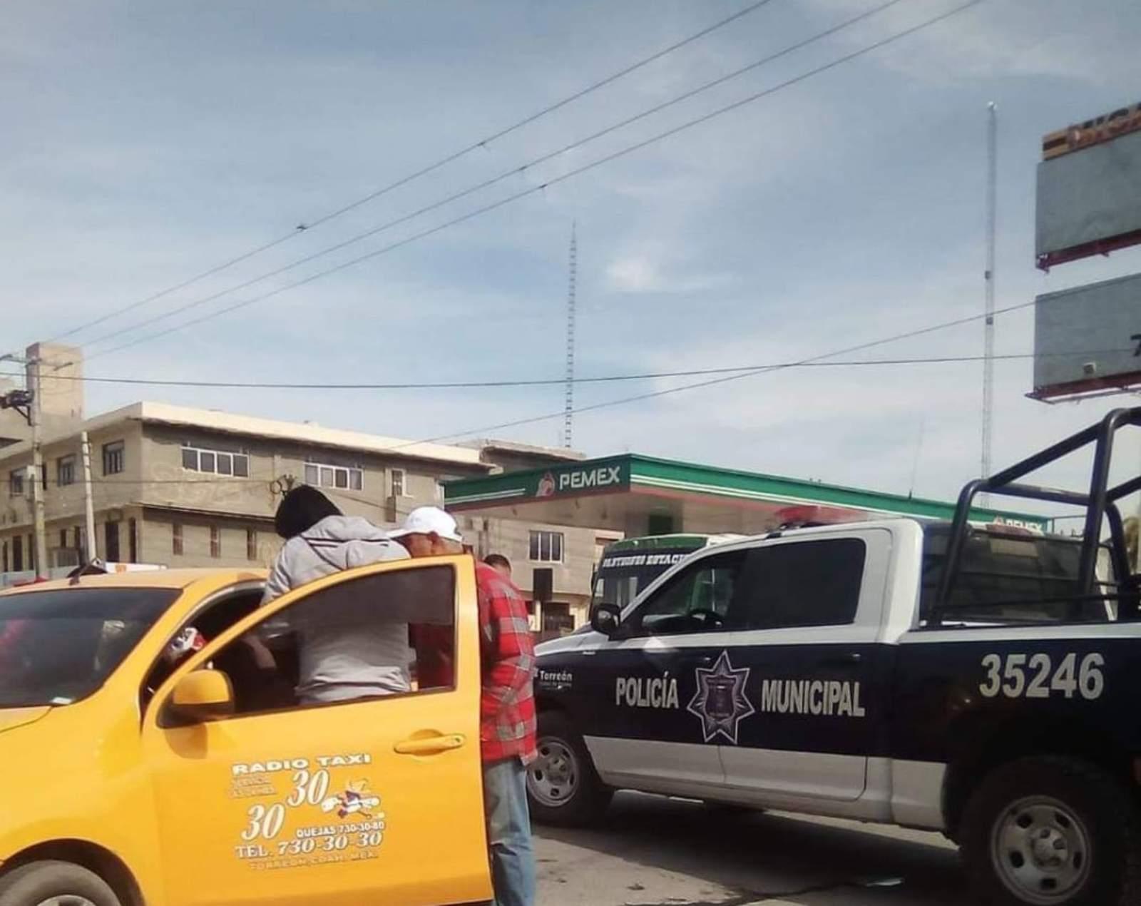 Chocan dos vehículos en el Centro de Torreón
