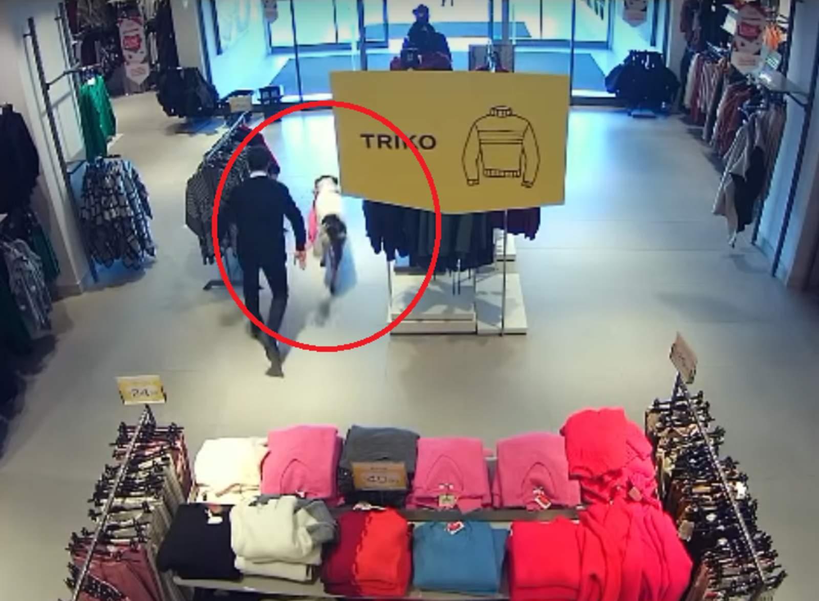 Perro callejero entra a un centro comercial a 'robar'