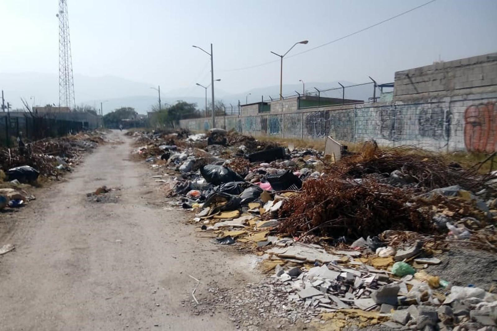 Sucio. Así está la calle del Mercader, en la colonia Impulso Comunal, frente a Diagonal Las Fuentes.