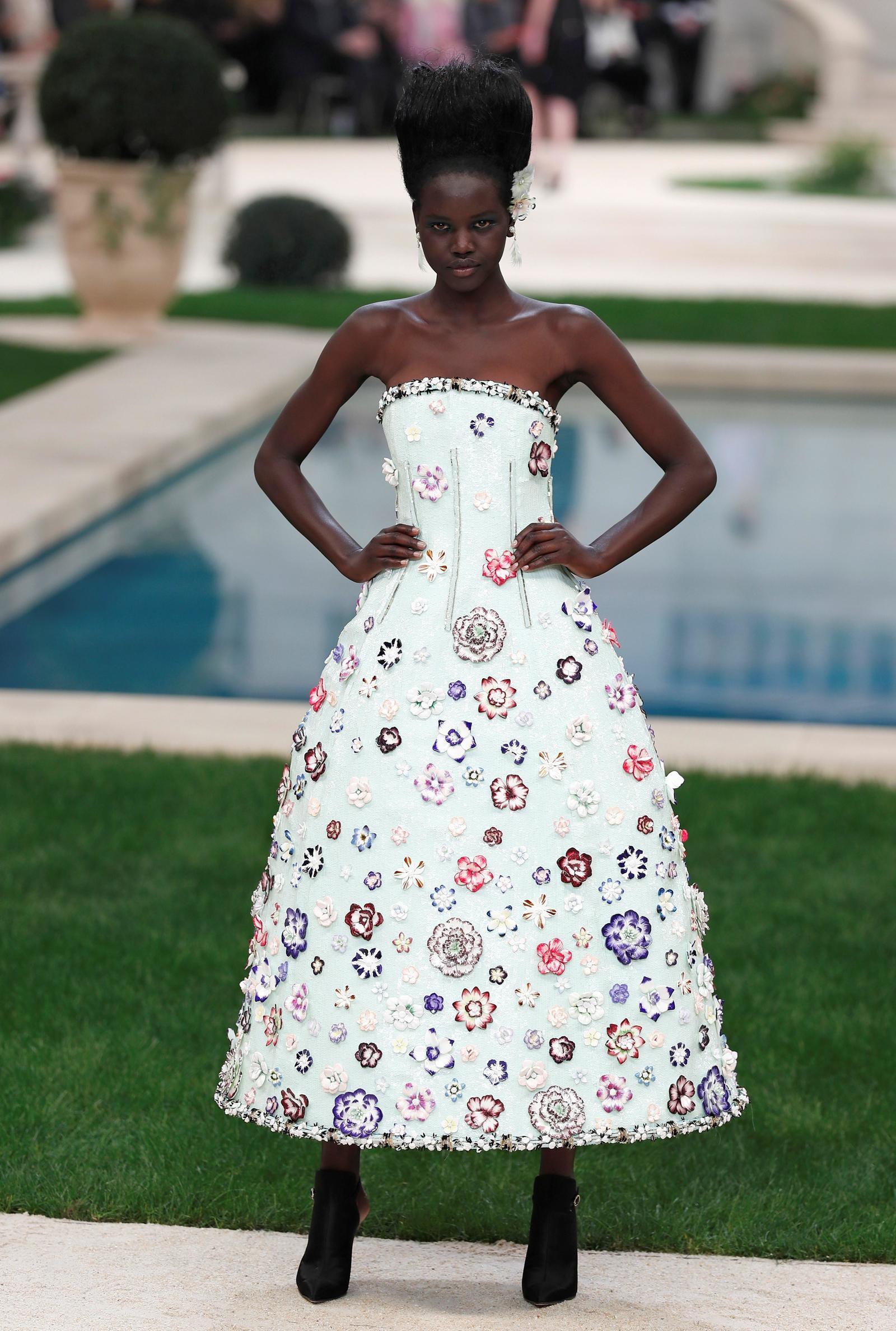 Modelos presentan creaciones de la colección primavera-verano 2019 del diseñador alemán Karl Lagerfeld para Chanel, durante un desfile de la Semana de la Moda de Alta Costura de París, en Francia.