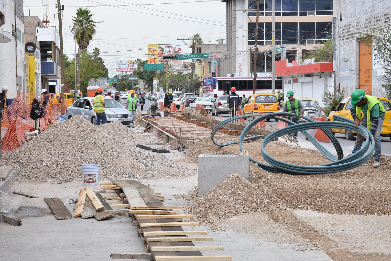 Diferencias. La construcción de los paraderos del Metrobús a la mitad de la calle Múzquiz continúa a pesar de que, según el Ayuntamiento de Torreón, no existe autorización para este tipo de estructuras.