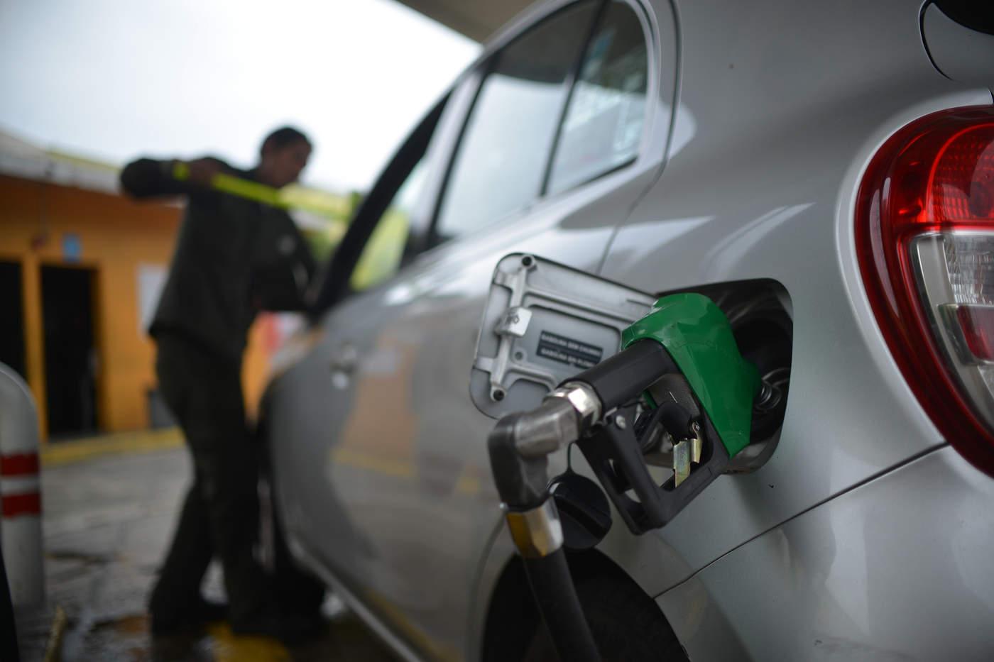 Propietarios de estaciones de servicio ubicadas en la zona centro rechazaron que se esté presentando escasez de gasolina Magna, aunque aseguraron que al igual que en la vecina ciudad de Torreón, desde hace algunos días empezaron a tener problemas para surtir de la Premium. (ARCHIVO)