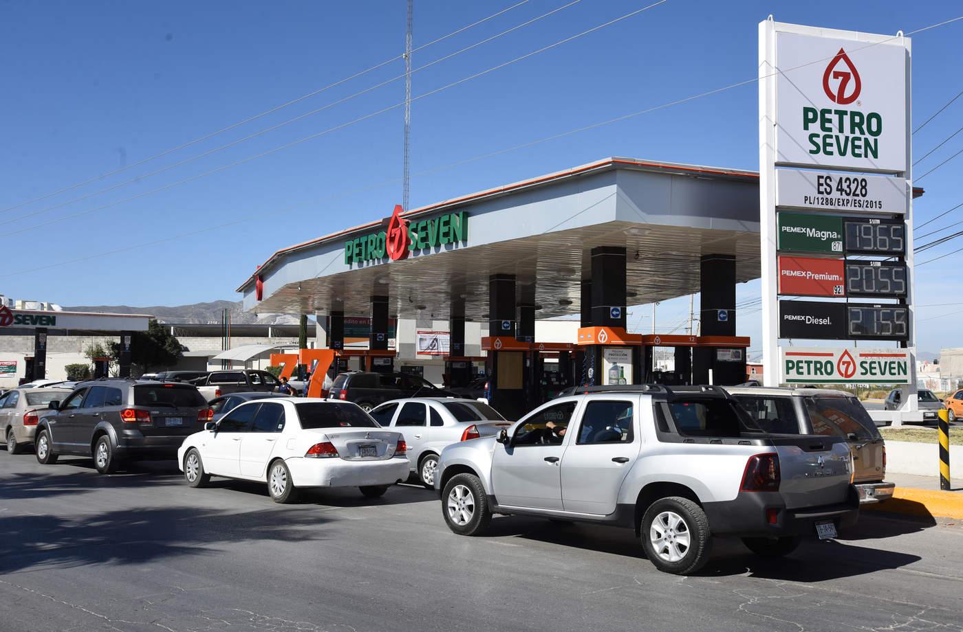 En Torreón desde la tarde, noche del sábado, empezó a generarse una situación inusual cuando decenas de ciudadanos se volcaron a surtir gasolina en tanques llenos.