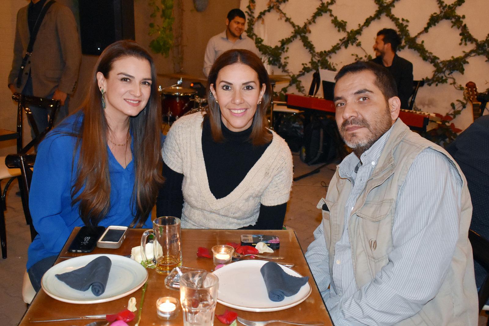 Cecy, Daniela y Omar.