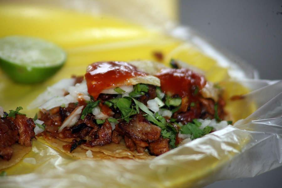 Los tacos de carnitas son uno de los platillos que sin duda alguna forman parte esencial de la cultura mexicana. (ARCHIVO)