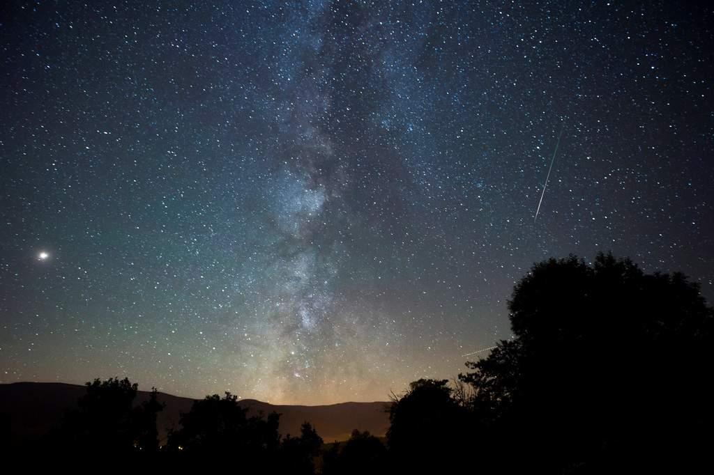 Las personas pueden mirar alrededor del centro de la Vía Láctea, como si estuvieran sentados en la posición de un agujero negro. (ARCHIVO)