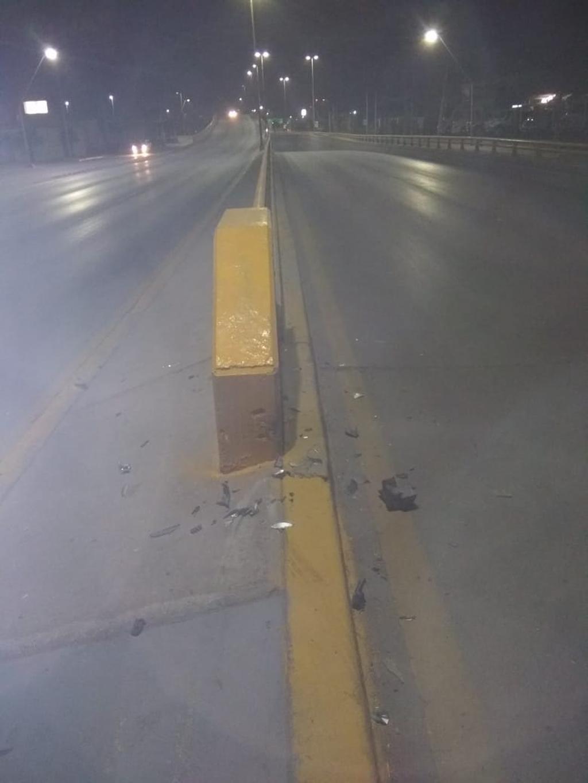 El vehículo Chevrolet Chevy de color gris plata se impactó contra el muro de contención de un desnivel ubicado al oriente de Torreón.