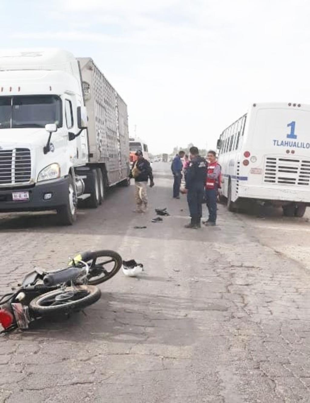 El motociclista perdió la vida tras chocar de frente contra un autobús sobre la carretera Gómez Palacio-Tlahualilo. (EL SIGLO DE TORREÓN)