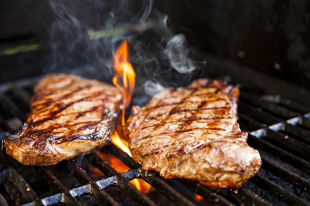 Para los mexicanos, en especial para los habitantes del norte del país, hacer una carne asada es una tradición familiar. (ARCHIVO)
