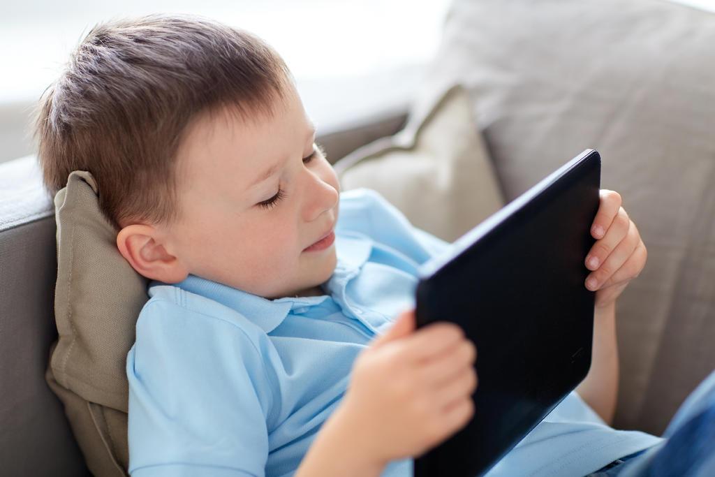 La Organización Mundial de la Salud (OMS) recomendó que los niños deben evitar el uso excesivo de pantallas electrónicas, o estar sentados mucho tiempo frente al televisor. (ARCHIVO)