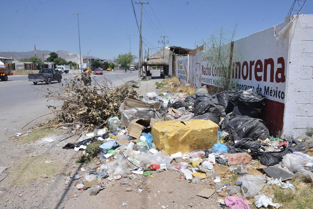 Aparecen diariamente nuevas bolsas con basura, escombros y hasta muebles usados. (EL SIGLO DE TORREÓN)