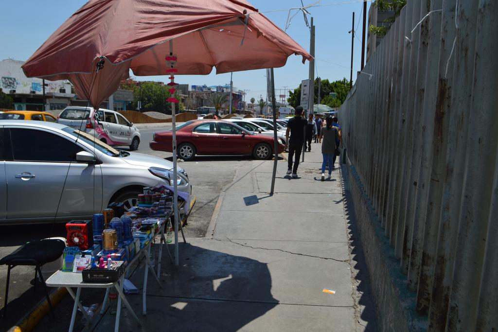 Ambulantes se han comenzado a colocar en la parte frontal del IMSS No. 16 de Torreón, en la banqueta del bulevar Revolución. (ROBERTO ITURRIAGA)